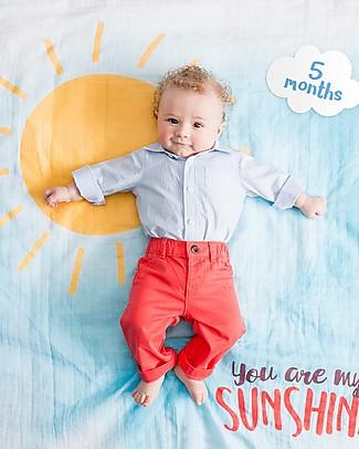 Lulujo Baby Kit Primo Anno - Copertina Swaddle in Mussola di Cotone + 14 Cards, You Are my Sunshine - Per i bebé più social! Copertine Swaddles